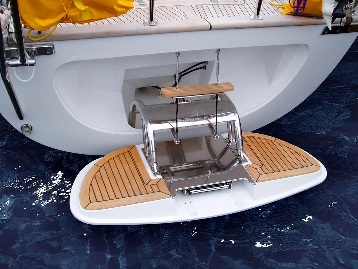 aktern på en båt med rostfria detaljer