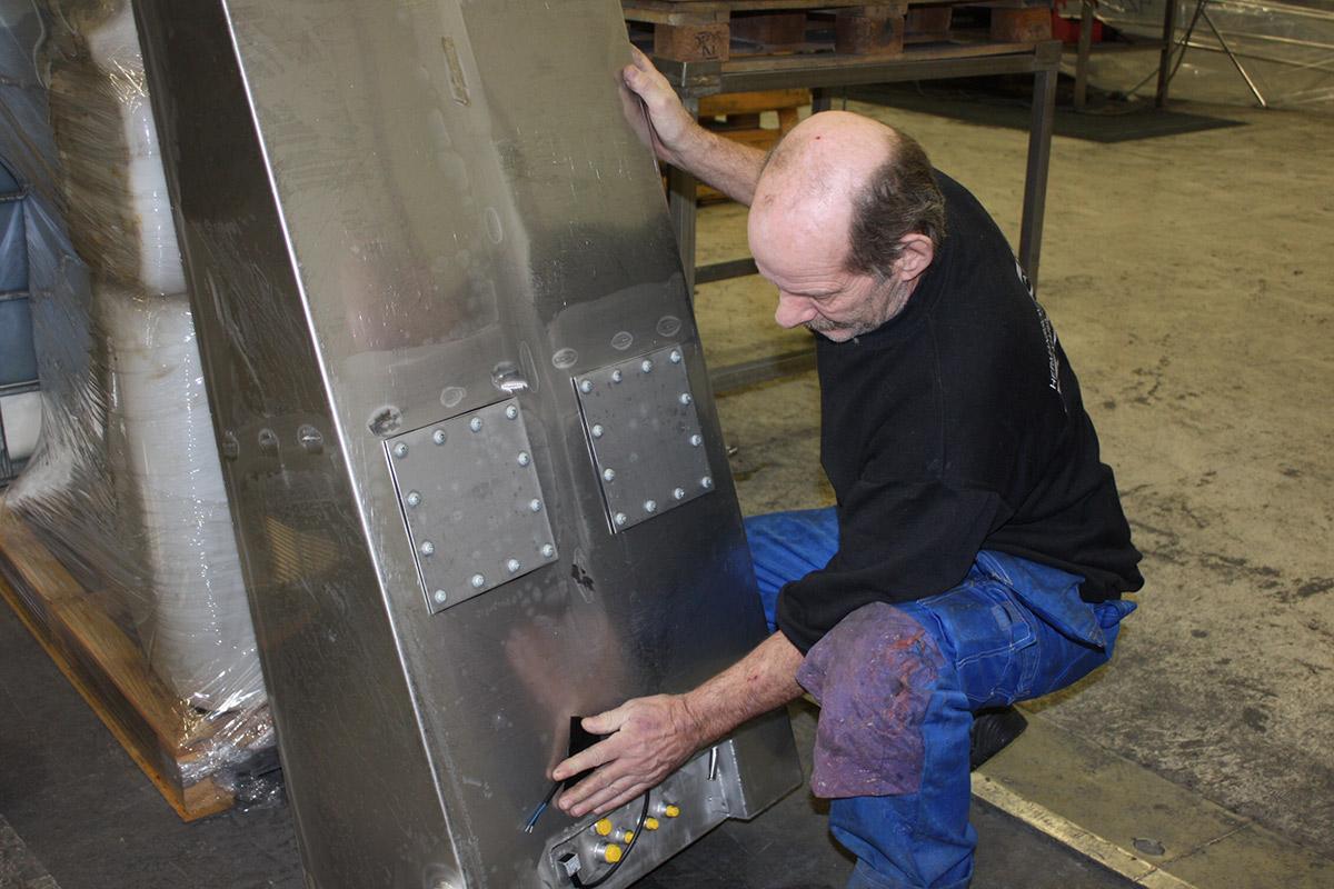 en man som arbetar med elektrolytpolering