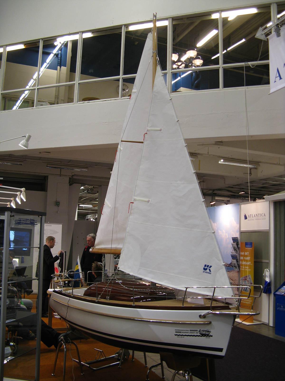 En liten segelbåt som visar vad Hermanssons Marintjänst kan erbjuda