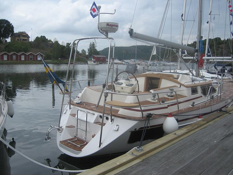 En segelbåt som ligger vid en brygga